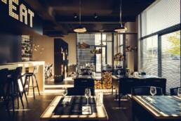 AnA interieur M EATERY Mechelen restaurant verlichting hout staal ramen uai Interieur Architecten | Mechelen | Design Studio Anneke Crauwels